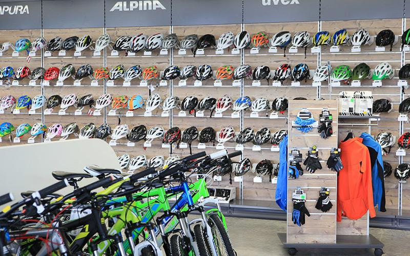 Helmregal für Fahrradladen