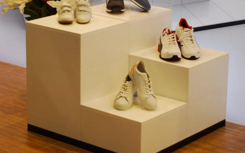 Schuhpräsentation auf Podest