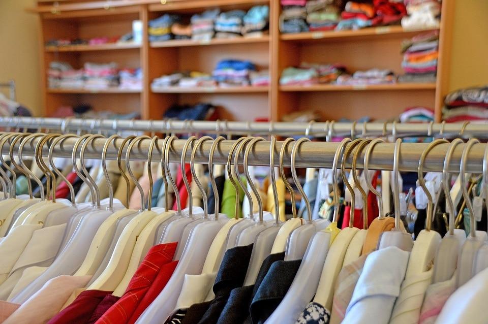 Kleiderbügel und Regal mit Modeartikel